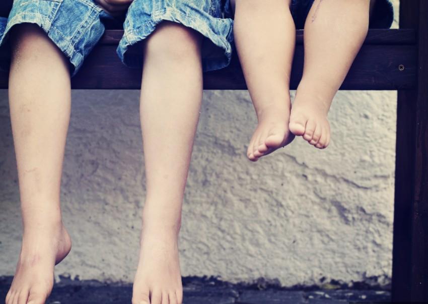 enfants marcher pieds nus
