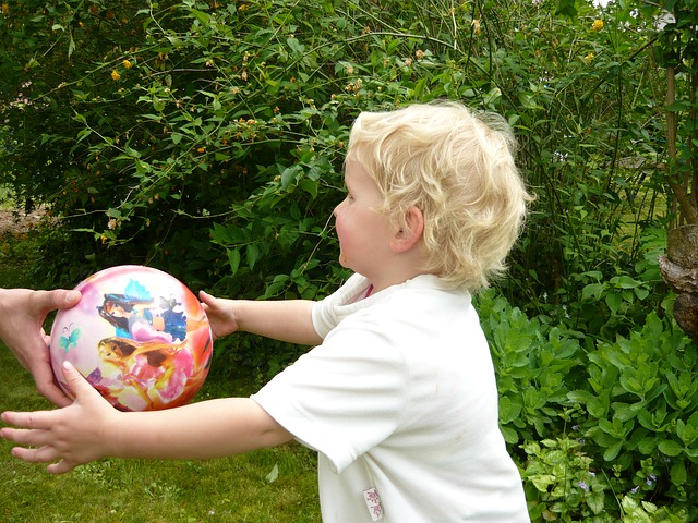 bouger avec les enfants jouer au ballon