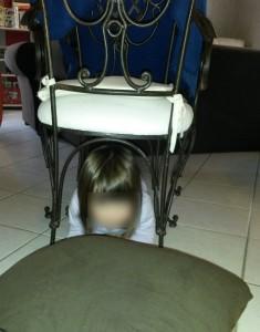 parcours de motricité maison sous la chaise